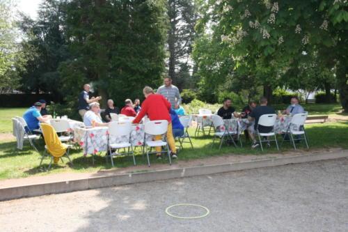21-05-29 9 Repas dans le parc aux abords des terrains de boules